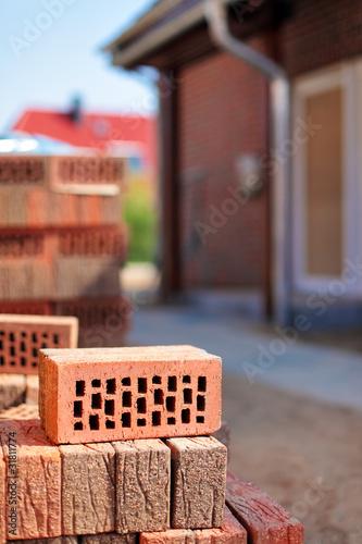 Mauersteine vor Neubau