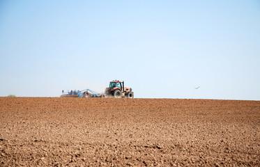 Traktor auf Feld Frühjahr