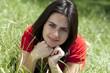 jeune femme couchée dans l'herbe