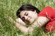 jeune femme rêverie dans l'herbe