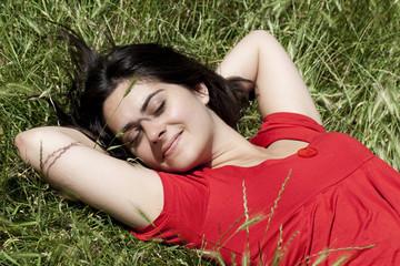 jeune femme couchée dans une prairie