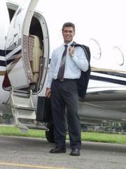 Un ejecutivo y su avión privado.