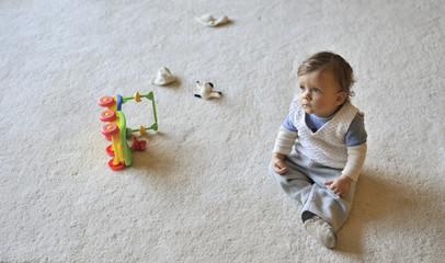 Baby allein mit Spielzeug