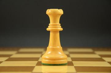 Reina sobre tablero de ajedrez