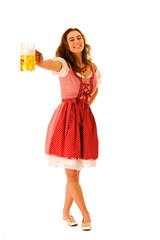 schöne junge Frau im Dirndl hält einen  Bierkrug ausgestreckt