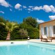Piscine, villa et palmier
