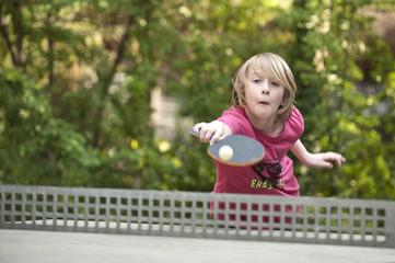 Junge spielt Tischtennis II