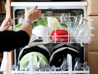 mettre la vaisselle au lave-vaisselle