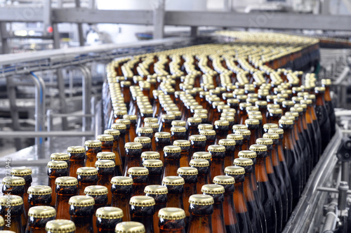 Leinwanddruck Bild brewery inside -ampoule filling system // Brauerei Abfüllanlage
