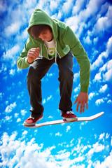 Junger Mann mit Skateboard 544 hint Himmel