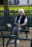 Nette alte Dame im Park sitzend