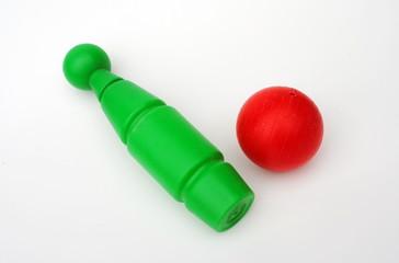 palla rossa abbatte birillo rosso