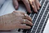 Seniorenhände auf Laptop 2