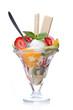 Früchtebecher mit Löffel und Waffeln
