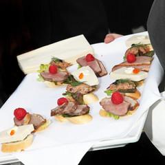 Kellner serviert Fingerfood, Tapas und Häppchen