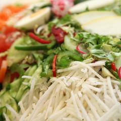 Frischer Salat mit verschiedenen Zutaten