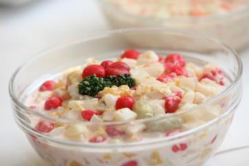 Frischer Salat mit verschiedenen Zutaten - textfreiraum