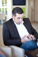 junger mann mit Telefon