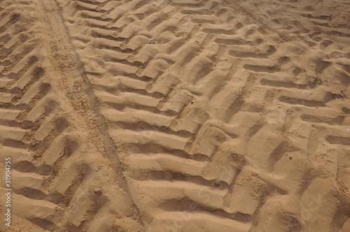 Huellas de tractores en la arena