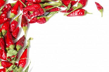 Cornice di peperoncini su fondo bianco