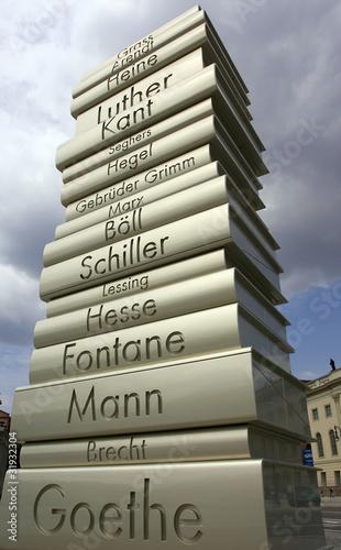Leinwanddruck Bild Dichterdenkmal Bücherturm Literatur Wissen studieren