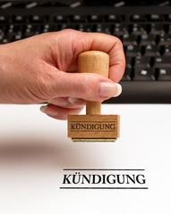 Kündigung - Stempel mit Hand - Büro
