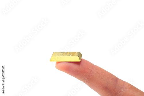 人差し指の上に金塊