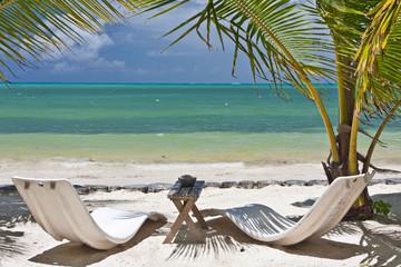 lits de soleil sur plage de Praslin aux Seychelles