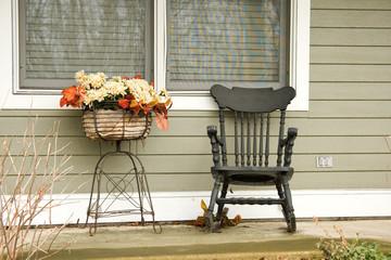 Schaukelstuhl und Blumenarrangement