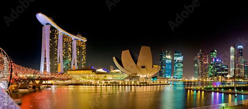 Marina Bay w Singapurze nocą