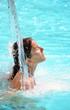 Jeune femme sous une cascade