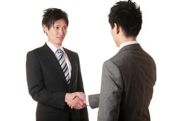 握手をするスーツの男性二人