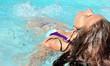 Jeune femme dans une piscine à bulles