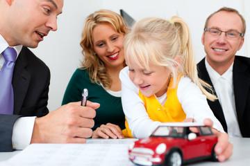 Familie mit Berater - KFZ Kredit