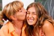 Mutter küsst ihre Tochter