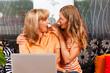 Tochter erklärt Mutter das Internet