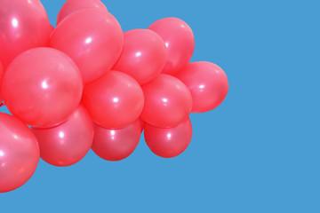 Красные воздушные шары на фоне ясного голубого неба