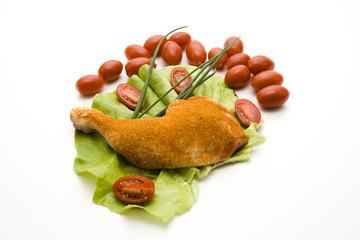 Hähnchenschenkel auf Salatblatt