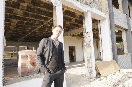 Mann auf der Baustelle vor der Fassade