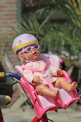 Puppe mit Fahrradhelm
