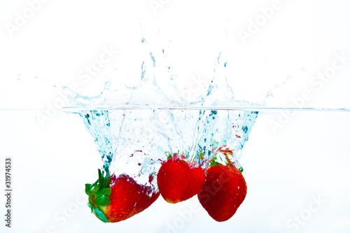 erdbeeren fallen ins wasser