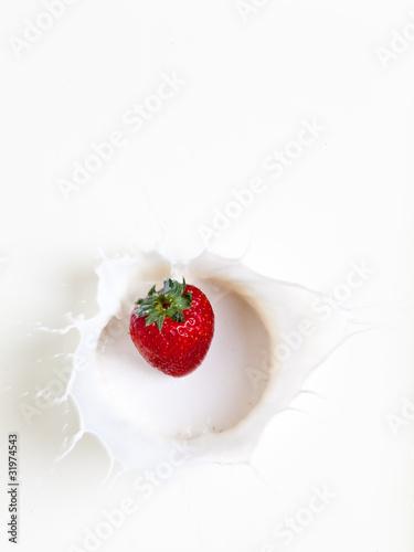 erdbeere fällt in milch