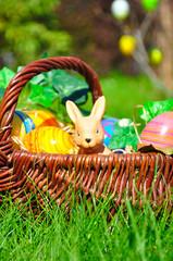 Osterkörbchen im Garten