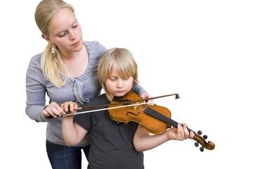 Junge und Frau üben Geige