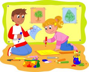 Ragazzo e ragazza disegnano a scuola