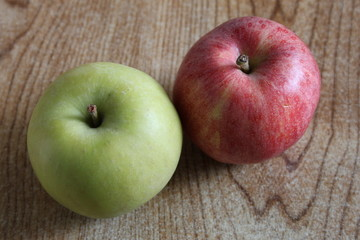 A red apple and a green apple side by side