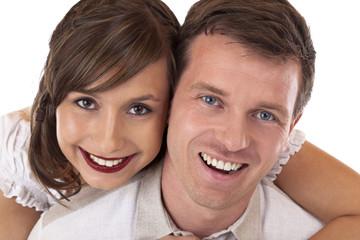 Junges, gesundes, glückliches Paar lacht fröhlich