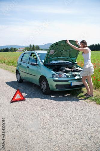 femme en panne de voiture