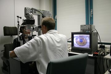 Augenuntersuchung mit Bildschirmanalyse