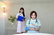 メモをとっている笑顔の看護師